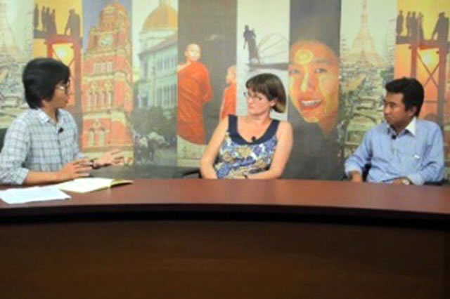 Kyaw Zwa Moe (left) talks with Vicky Bowman, director of MCRB, and Kyaw Lin Oo (right), coordinator of the Myanmar People Forum Working Group, on Dateline Irrawaddy.
